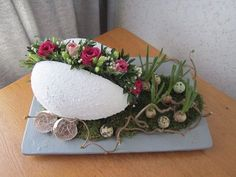 Best Ideas For Basket Flower Arrangements Shabby Chic Egg Crafts, Easter Crafts, Diy And Crafts, Easter Table Decorations, Christmas Decorations, Basket Flower Arrangements, Easter Flowers, Craft Flowers, Diy Ostern