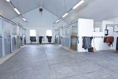 Den nye stallen har fått seks plasser til hester og en vaskeplass. Equestrian Stables, Horse Stables, Horse Barns, Horses, Dream Stables, Dream Barn, My Dream Home, Barn Layout, Small Barns
