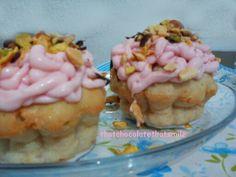 Islak kupkek, cupcake with berry cream and pistachio