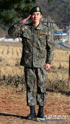 Three Cheers as Yoo Seung Ho Finishes Military Service and Cries Through His Welcome Return Yoo Seung Ho, Hipster Boots, Kim Min Gyu, Kim Myung Soo, Handsome Korean Actors, Pose Reference Photo, Taecyeon, Child Actors, Military Service