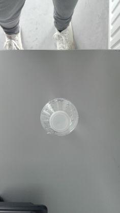 Hier zien we een waterflesje. Het dopje vormt hier een punt omdat je er vanaf de bovenkant naar kijkt.