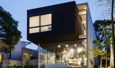 Concreto, metal e vidro são os materiais predominantes nesta residência estruturada em níveis