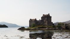 A brief article on the history of a spectacular Scottish landmark, namely the Eilean Donan Castle situated in the Western Highlands of Scotland. Highlands, Imagination Images, Eilean Donan, Building Images, Château Fort, Scotland Castles, Tower Bridge, Monument Valley, Tours