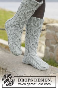 """Walk with me / DROPS - free knitting patterns by DROPS design Knitted DROPS socks in """"Nepal"""" with cable pattern. Size ~ DROPS design Always wanted to learn how to knit, althou. Cable Knit Socks, Knitted Slippers, Wool Socks, My Socks, Slipper Socks, Crochet Slippers, Knit Crochet, Knee Socks, Loom Knitting"""