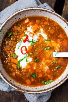 Linsensuppe mit Ingwer und Chili - super schnell und einfach! Dieses vegane Rezept ist der Hit - http://Kochkarussell.com