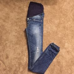 Mama skinny h&m maternity jeans Super comfortable & stretchy h&m maternity pants. Size 4. Still in great condition! H&M Pants Skinny