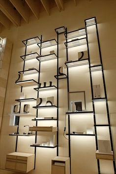 ヴィアビッズーノ社は壁面に取り付けた金属製アングルに、照明付きのガラス棚板をはめ込むことが出来るシステム什器を発表した(写真:LAMPIONAIO Inc.)