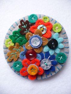 Broche de muchas flores de fieltro con botones