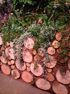 Garden wall inspiration using log slices - Modern May Garden, Dream Garden, Walled Garden, Terrace Garden, Garden Edging, Garden Borders, Ponds Backyard, Backyard Landscaping, Gothic Garden