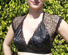 De Retro Choli geeft u die jaren 1940 stad meisje look... maar toch elegante, cool en... buikdansen-y! Alles over het strekt zich uit, met inbegrip van horizontale strook van de satijn brokaat. Nek en armen afgewerkt met elastisch kant. Ontworpen, gesneden. overlocked en topstitched door mij:)  Zwart satijn met een bloeiende wijnstok brokaat motief, ook in zwart!  Maten:  X-small: beha gelijkwaardig: 32-36, cup A - B schouder metallic: 12 1/2  Klein: beha gelijkwaardig: 34-38, cup B - C…