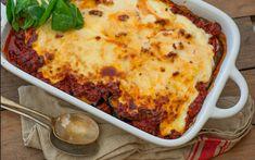 Moussaka is één van de lekkerste Griekse gerechten. Mocht je het nog niet kennen, het Griekse ovengerecht moussaka móet je een keer geprobeerd...