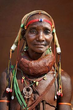 Africa, Woman from the Mwila (or Mwela, Mumuhuila, or Muhuila) tribe - Angola © Johan Gerrits African Tribes, African Women, African Art, African Beauty, We Are The World, People Around The World, Mode Bizarre, Beautiful World, Beautiful People