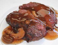 Coloque em uma panela de pressão o azeite com a cebola e o alho para fritar Após dourar, coloque a carne em pedaços para fritar, deixe por uns trinta minutos até fritar bem Depois disso, acrescente o molho de tomates, o caldo de carne e o vinho...
