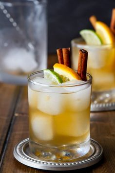 Bourbon, ginger beer, orange and warming spices give this easy Citrus and Spice Kentucky Mule cocktail recipe a bit of a kick! An easy fall cocktail recipe or winter cocktail recipe. Whisky Cocktail, Sour Cocktail, Bourbon Cocktails, Classic Cocktails, Cocktail Drinks, Bourbon Drinks Winter, Easy Whiskey Drinks, Bbq Drinks, Cocktail Ideas
