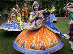 Dances in India Gujarat | traditional attire practice the Garba, a traditional dance of Gujarat ...