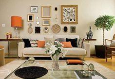 Vários quadros de variados tamanhos numa sala! lindo