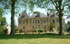 Le Château du Beugnon est une ancienne propriété viticole du 19ème, au cœur des vignobles du Haut Layon. Nicole et Jean-Yves vous proposent, dans un ancien chai, deux grandes chambres confortables de 26m2 indépendantes en rez-de-jardin. Le parc arboré et sa pièce d'eau seront le point de départ de circuits pédestres à travers les vignes pour un séjour détente qui pourra être complété par divers séjours à thème : cuisine, œnologie, bien-être.