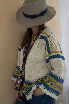 Instrucciones paso a paso para tejer una chaqueta de algodón para mujer con  dos agujas con dibujos en colores azul petróleo y curry. a4fe5411c10f