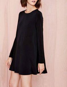 Sobre, casual mais néanmoins féminine, cette petite robe noire a tout pour plaire !