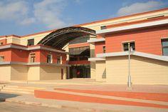Fachada ventilada de la universidad de Oran en Argelia con placas cerámicas de Favemanc.