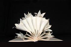 Perché un libro nasconde sempre un giardino segreto, germoglio Gigli di questa scultura. Mi piace molto lidea che questi fiori sono stati nascosti allinterno di questo libro, e che nessuno aveva mai visto prima! Ora sono venuti alla luce... Per gli amanti della natura e libri... Un oggetto molto delicato e originale. Ogni scultura è unopera unica: non appena si riceve un ordine, contattare via e-mail, e credo che la sua scultura. Tutte le mie sculture sono fatte dai libri orfani che mi sto…