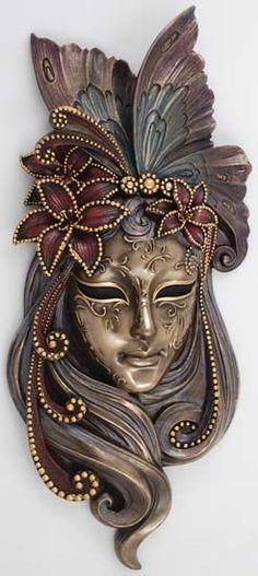 Misteriosa máscara en dorado.