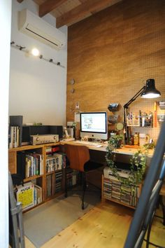 ブリッジを渡ると、おとな部屋: モノスタ'70が手掛けたオリジナル多目的室です。