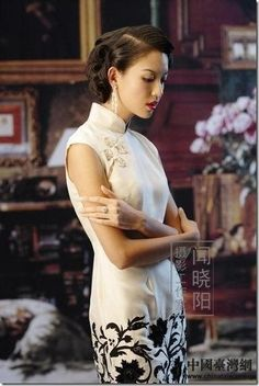 Qipao (Cheongsam) is a female dress with distinctive Chinese features and enjoys a growing popularity in the international world of high fashion. It is said that Qipao is the earliest fashion for women in Shanghai. Oriental Fashion, Asian Fashion, Chinese Fashion, Asian Woman, Asian Girl, Chinese Gown, Chinese Dresses, Cheongsam Modern, Fashion Vestidos
