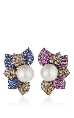 These multicolor Sintessi earrings feature one pearl surrounded by diamonds and sapphires set in 18K white gold.