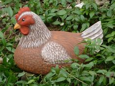 """Stolz wie eine echte Henne repräsentiert sich die Henne """"Martha"""" in Braun-Tönen. Für die Osterdekoration einfach genial. Sie kann bedenkenlos auch als Hingucker in den Garten gestellt werden."""