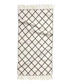 Wendbarer Jacquard-Webteppich aus Baumwolle mit Fransen an den Enden.