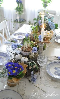 Looking for a new color palette this year? Check out this post: 26 Gorgeous Easter Tablescapes To Try by Easter Table Settings, Easter Table Decorations, Decoration Table, Easter Decor, Easter Centerpiece, Easter Ideas, Spring Decorations, Beautiful Table Settings, Festa Party