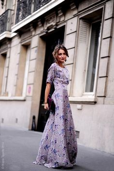 You can still look stylish and fashionable with maxi dress outfits. The thing about maxi dress is its comfort. It is also the most forgiving type of clothes that you can wear without guilt. Silhouette Mode, Look Fashion, Womens Fashion, Fashion Spring, Street Fashion, Autumn Fashion, Frack, Maxi Robes, Look Chic