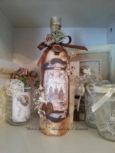 """""""Prêt à Porter"""" handgefertigt von S.GiannettiEine shabby chic/ Mixed Media Flasche aus verschiedenen Elementen,die an das Thema  Paris und nostalgische Mode erinnert.Sie ist  an manchen Stellen metallisch glänzend, sodass ein alternder Effekt entsteht. Versand als Paket 4,90€Bei Fragen einfach mailen"""
