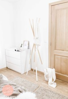 DIY : Scandinavia coat hanger Create this easy coat hanger with 4 pieces of wood! It will looks very design in your bedroom.  DIY : Porte manteau scandinave. Créez ce porte manteau design très facilement avec 4 tiges de bois et un peu de corde!