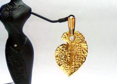 Brinco dourado c/ pingente folha texturizada e ponto de luz