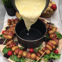 Les brochettes des pistes - New Ideas Fondue Recipes, Crockpot Recipes, Snack Recipes, Cooking Recipes, Raclette Recipes, Tasty Videos, Food Videos, Snacks Für Party, Finger Foods