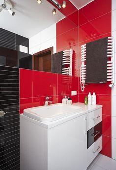 un meuble de salle de bain blanc et un carrelage en rouge et noir laqué
