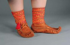 Inarinsaamelainen puku | Sámi Duodji ry Handicraft, Barn, Socks, Culture, Fabric, Clothing, Leather, Design, Fashion
