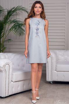 Стильна сукня з відкритими плечами просторого силуету з квітковою вишивкою • колір: ніжно-сірий • інтернет магазин • vilenna.ua