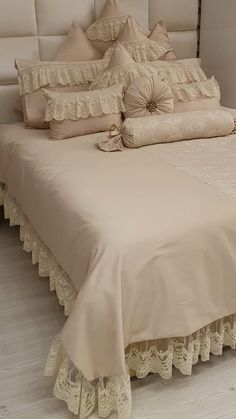 Diy Pillow Covers, Diy Pillows, Bed Covers, Luxury Bedspreads, Luxury Bedding, Bed Cover Design, Pillow Design, Designer Bed Sheets, Romantic Bedroom Decor