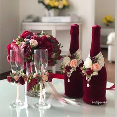 Wine, champagne and centerpiece, a trio of design for the perfect wedding! Destination Wedding Planning by Destination Weddings. Exclusive planning for all groups. Card Box Wedding, Wedding Table, Diy Wedding, Perfect Wedding, Wedding Ideas, Winter Wedding Destinations, Destination Wedding Locations, Decorated Wine Glasses, Painted Wine Glasses