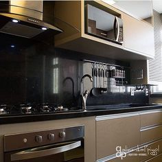 Cozinha do domingo  regram @euteinspiro Cozinha com bancada preta por @alinedalpizzolarquitetura  #bancada #cozinha #gourmet #kitchen #kitchens #decor #design #designdeinteriores #interiores #decoration #cozinhaintegrada #cozinhagourmet #cozinhamoderna #decoracao #euteinspiroarchitecture #decorations #decorlovers #euteinspiro #instaarq #instagood #instahome #instafollow #homedecor #homestyle #amazing #inspiration #decoracao #beutiful #decoration