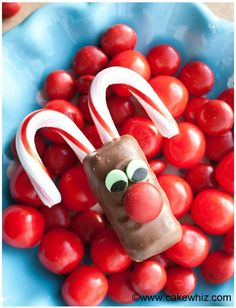 Use this step-by-step tutorial to make cute and easy Rudolph chocolate bars. Fun activity to do with kids on Christmas, using using store bought candies.