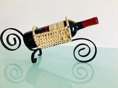 Mira este artículo en mi tienda de Etsy: https://www.etsy.com/es/listing/568674122/unique-handcrafted-wine-bottle-holder