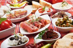 Visit three of Malaga's tapas institutions on a food tour and sample up to 15 plates of tapas alongside glasses of wine and beer. With a local guide, check out three of the city's best tapas bars and discover specialties like Malaga's drool-wo Menu Brunch, Dinner Party Menu, Make Ahead Appetizers, Appetizer Recipes, Best Tapas, Snacks Sains, Spanish Cuisine, Spanish Food, Original Recipe