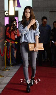 When Krystal looks chic in oversized shirts . Snsd Fashion, Fashion Pants, Korean Fashion, Girl Fashion, Womens Fashion, Krystal Fx, Jessica & Krystal, Jessica Jung, Korean Girl