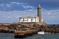 Faro de Punta Delgada. Isla de Alegranza. Archipielago Chinijo, situado al norte de la isla de Lanzarote (Archipielago Canario - España). Altura del foco: 15 m. Altura sobre el nivel del mar: 17 m. Ritmo de la Luz: L 0,3 oc 2,7. Periodo de la luz: 3 seg. Color de la Luz: BLANCO. Sector Vis 135º - 045º. Alcance Nominal Nocturno: 12 millas