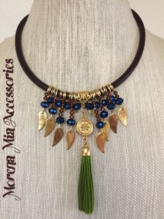 With feather charms and a small concho in the center Tassel Jewelry, Old Jewelry, Jewelry Shop, Beaded Jewelry, Jewelery, Jewelry Design, Fashion Jewelry, Jewelry Making, Leaf Necklace