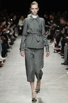 The new suit - Shirt with matching wide belt, matching culottes. See the complete Rochas Fall 2017 Ready-to-Wear collection.